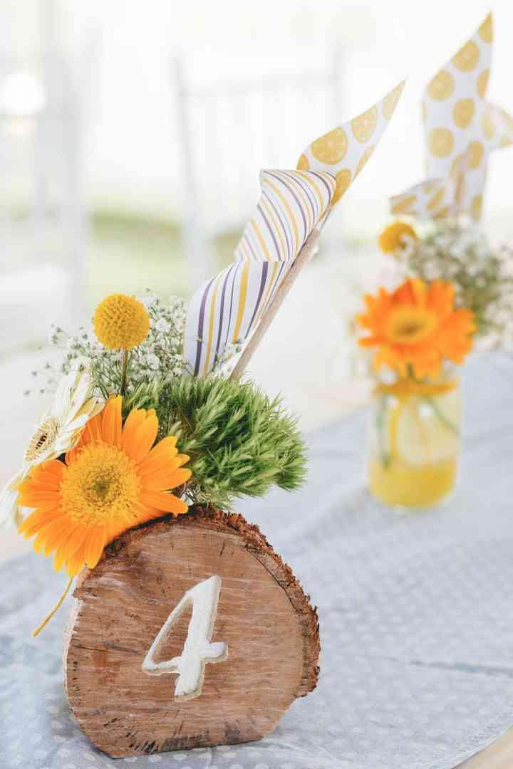centros de mesa de madera y flores color naranja