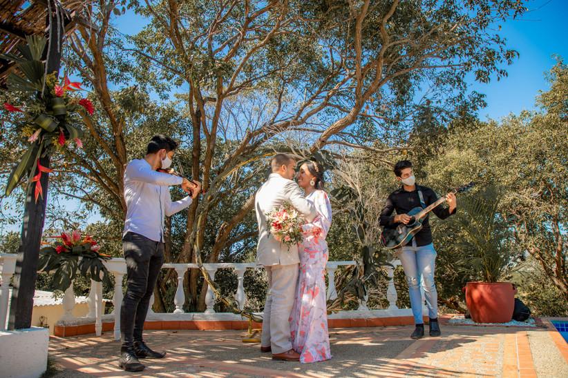 pareja de recién casados con músicos