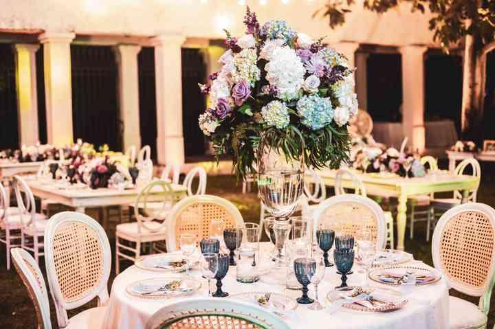 centros de mesa altos con flores en mesa redonda para matrimonio