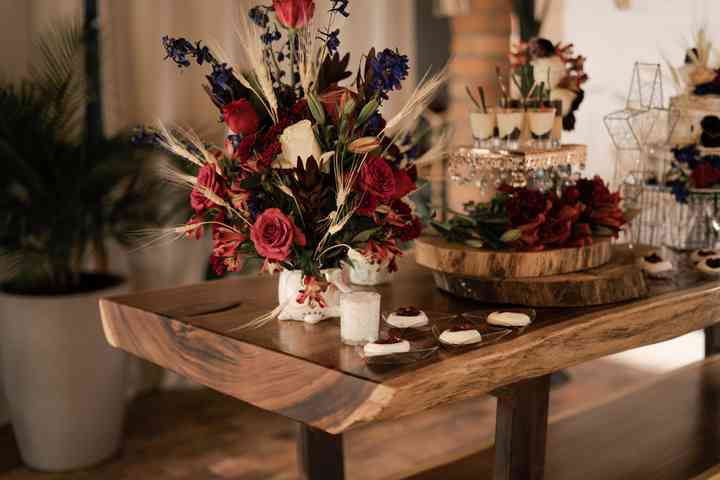 arreglo floral rojo para mesa de postres de boda