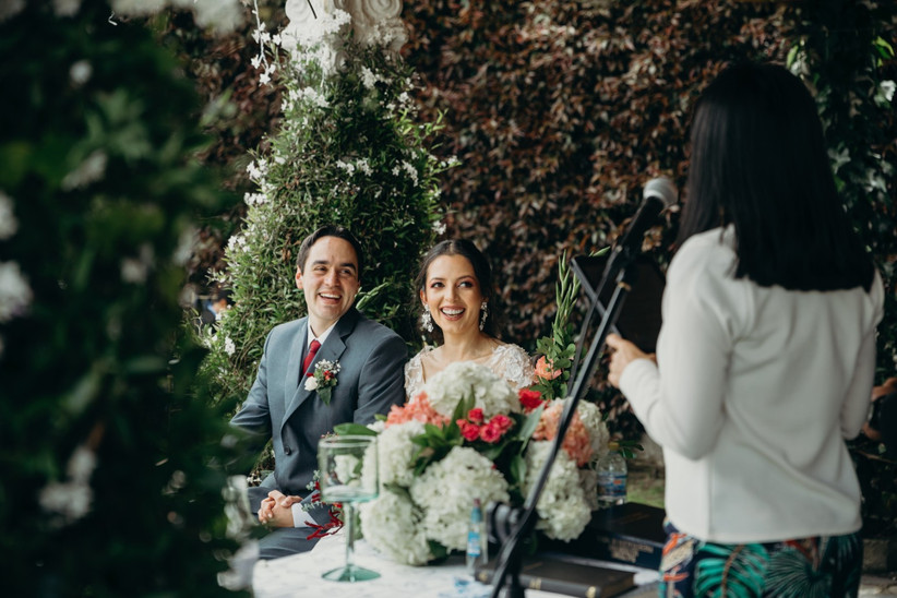 novios en ceremonia de boda civil