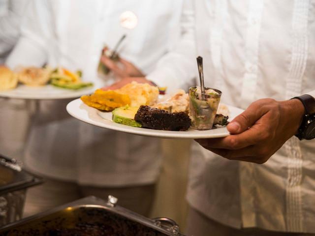 Banquete de boda en la playa: ¿qué tipo de comida elegir y cómo mantenerla fresca?