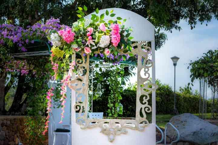 altar de boda con arreglos florales