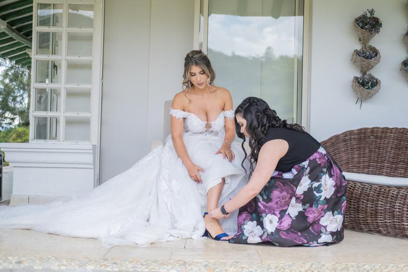 preparativos de novia con vestido y zapatos azules