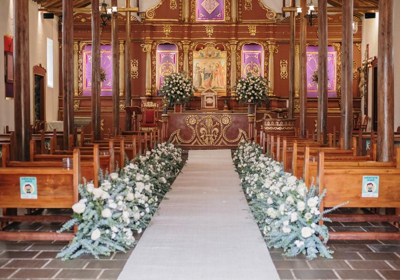decoración de pasillo de iglesia para matrimonio