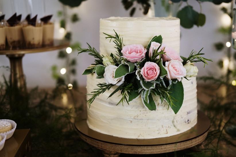 ponqué de matrimonio decorado con plantas y rosas hecho con crema de mantequilla