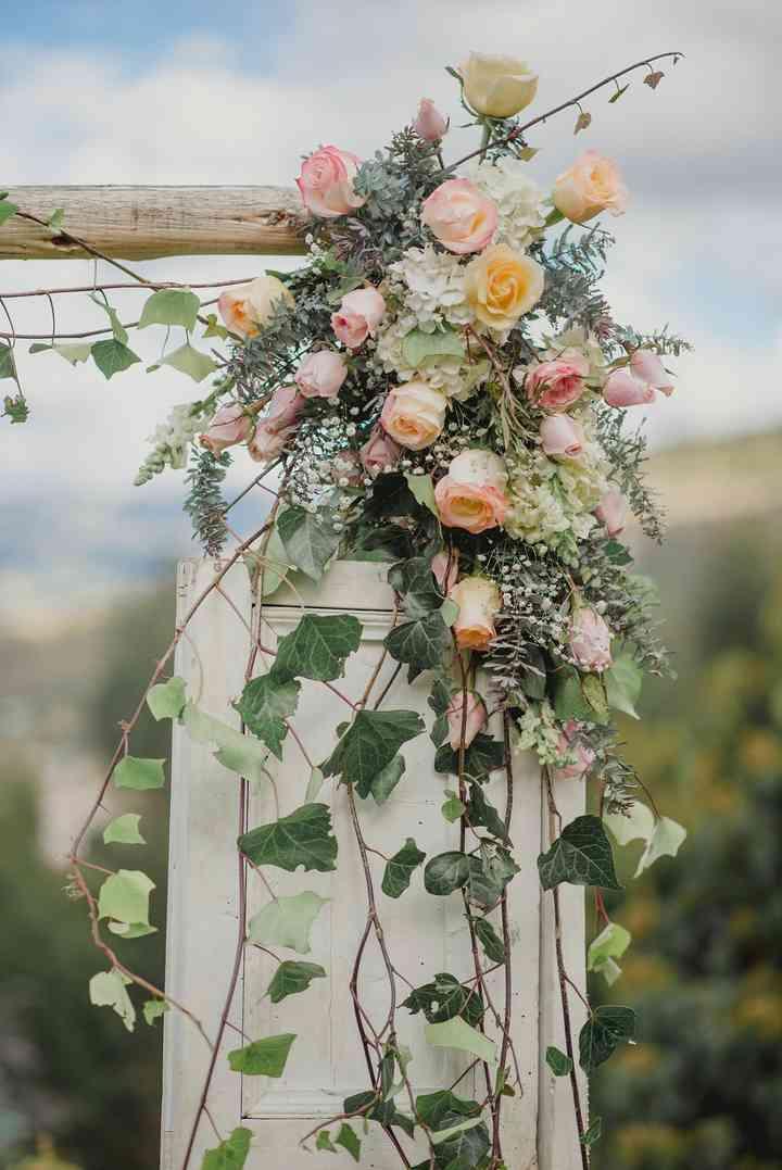 arco de boda decorado con flores