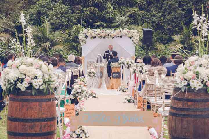 decoración de matrimonio con barriles de madera y arreglos florales