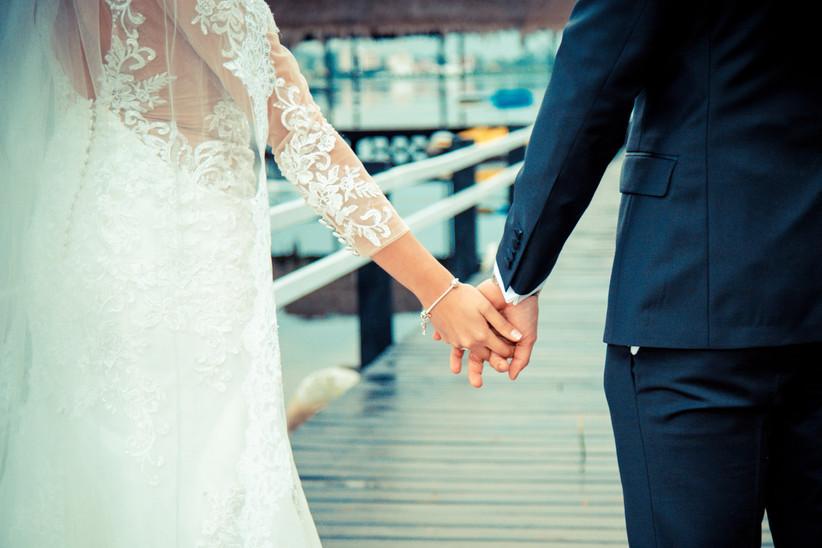 sesión de fotos novio y novia tomados de la mano