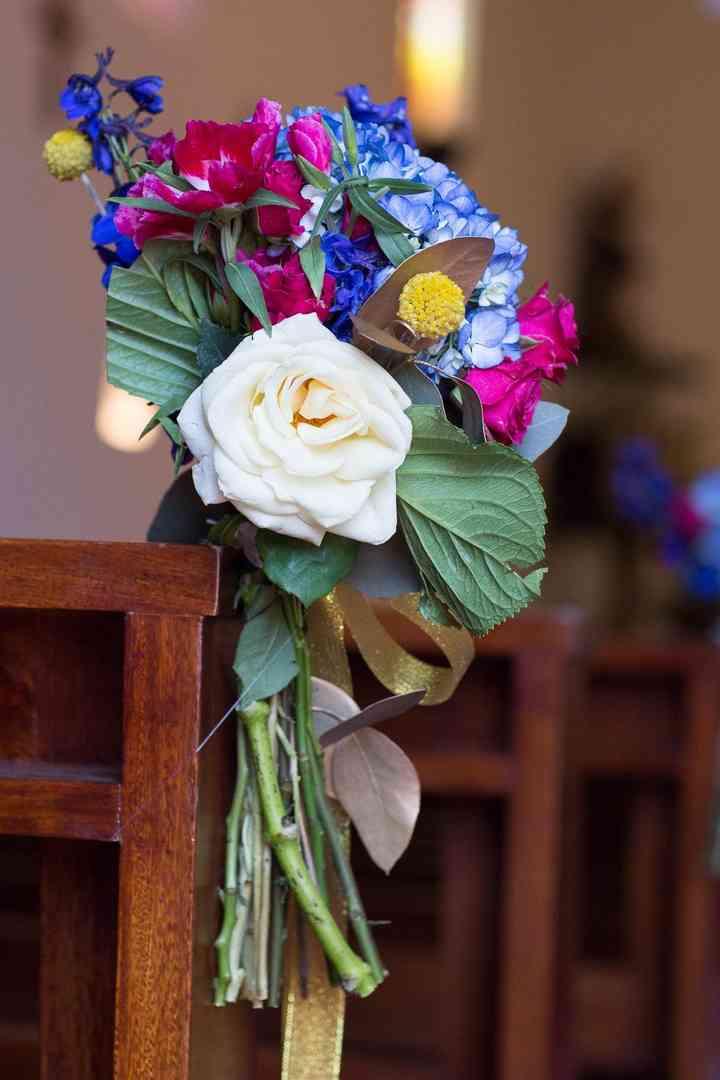 composición de flores para sillas de iglesia para matrimonio