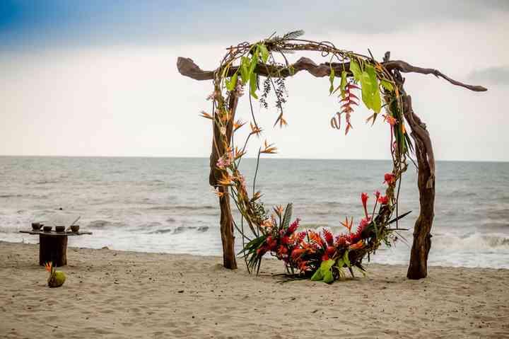 Arco de boda tropical en la playa