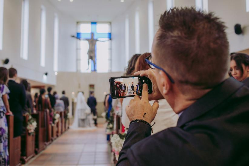 video durante la ceremonia religiosa de boda tomado por un invitado