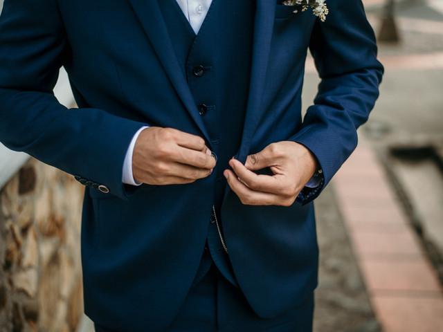 Trajes de novio para boda: ¿comprar, alquilar o mandar a confeccionarlo?