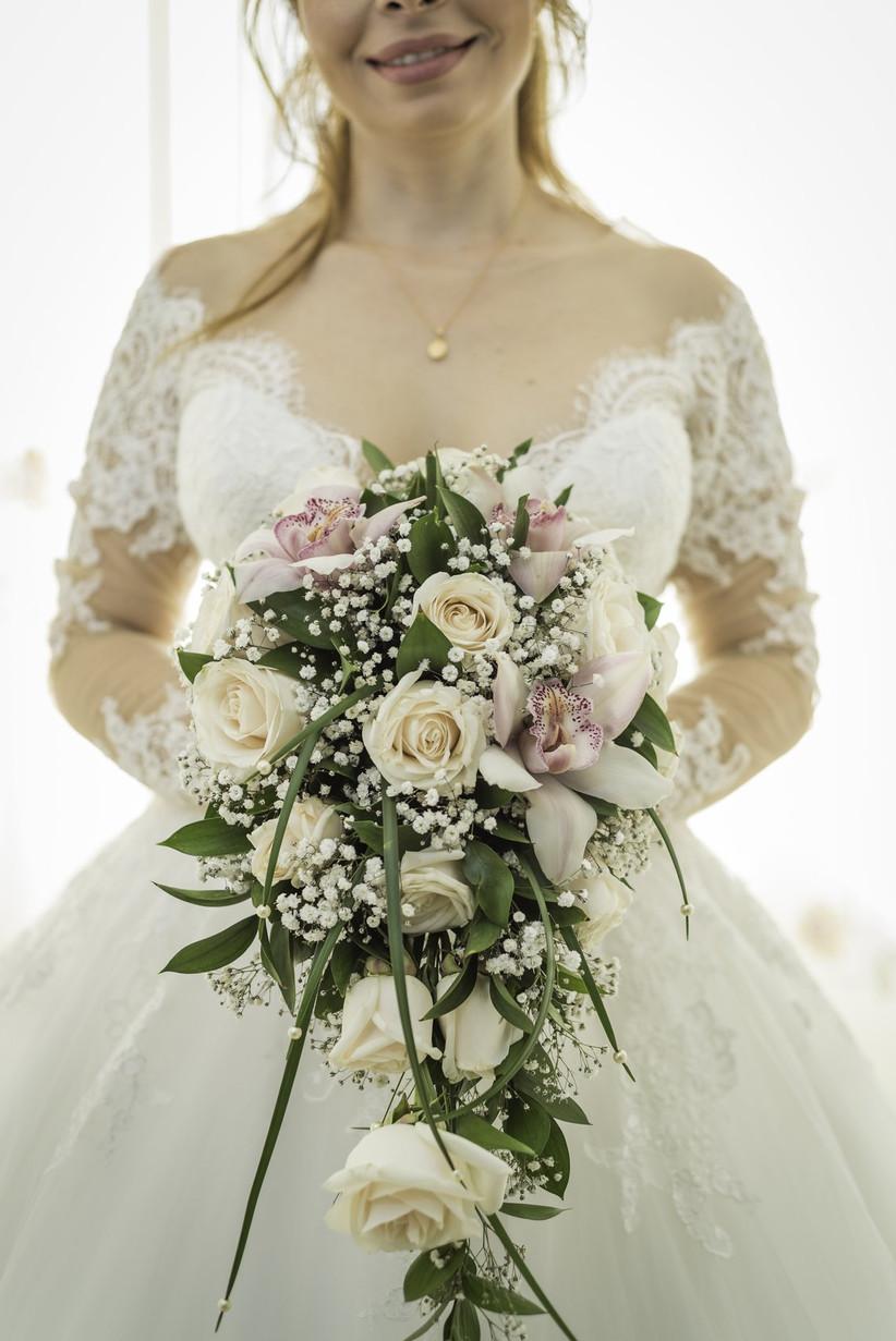 ramo de novia estilo cascada con rosas y flor de nube