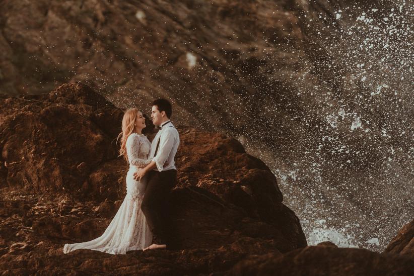 pareja en sesión de fotos después de la boda