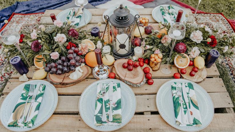 mesa de boda decorada con frutas y velas