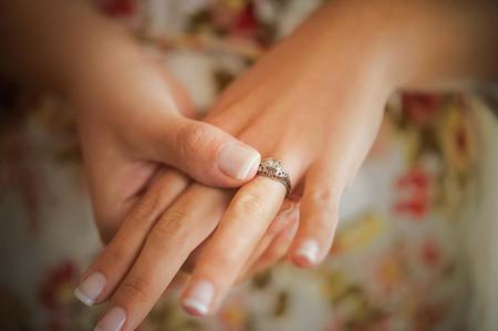 ¿Dónde se pone el anillo de compromiso?