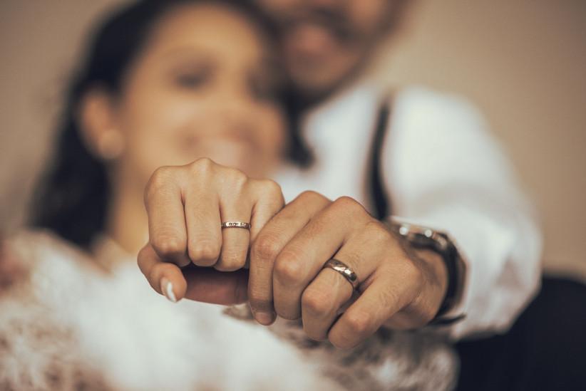 manos de novios con argollas de matrimonio