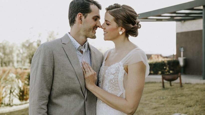 pareja en boda romántica sonriendo