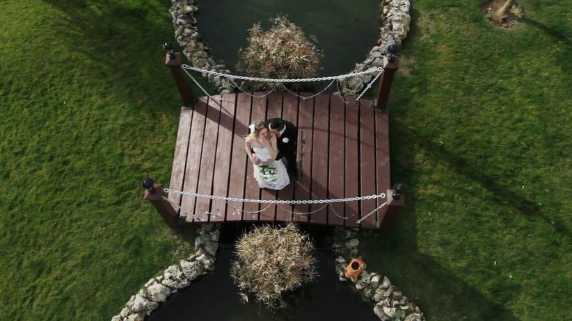 grabación con drones para boda de recién casados al aire libre