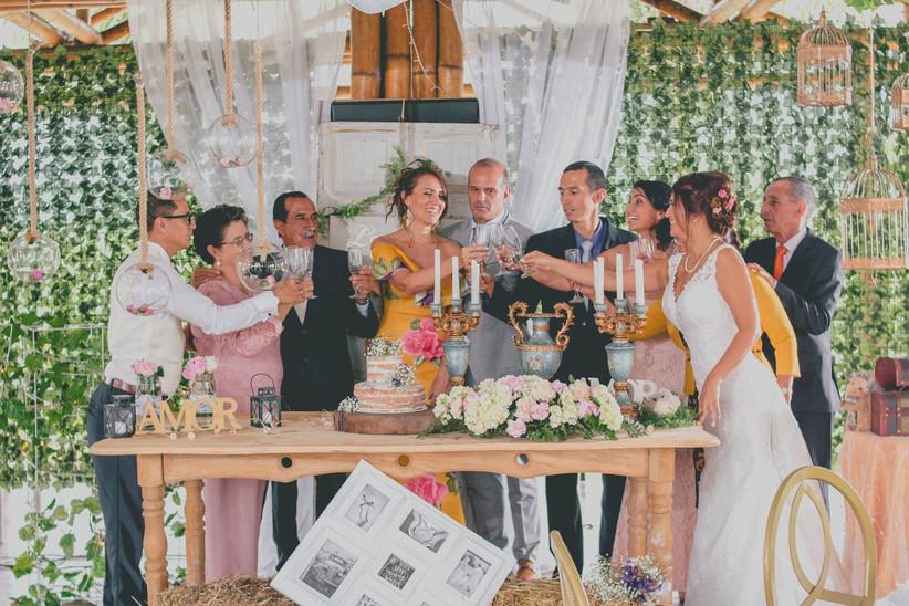 brindis de boda en la recepción con familia