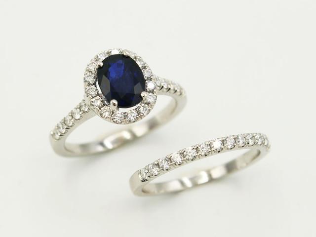Cómo combinar la argolla de matrimonio con el anillo de compromiso