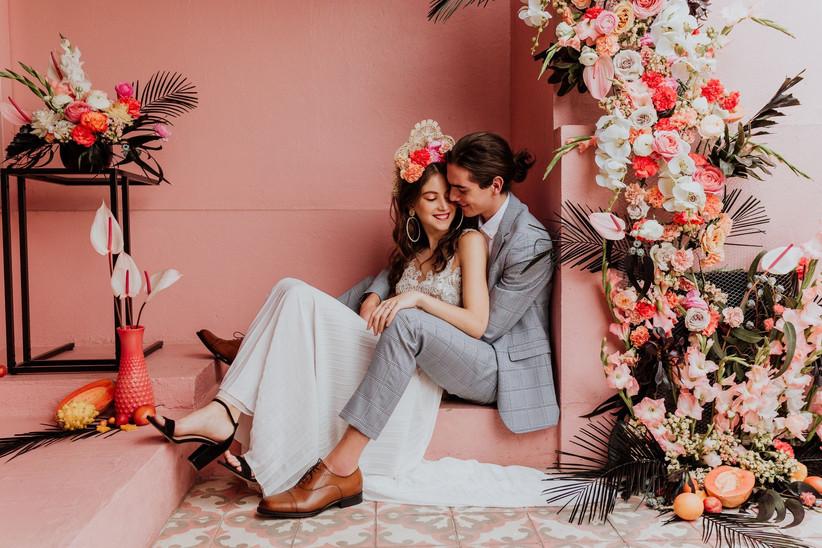 pareja en la recepción de boda con bonita decoración