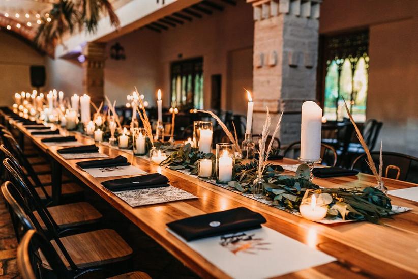 mesa de boda elegante con velas y follaje
