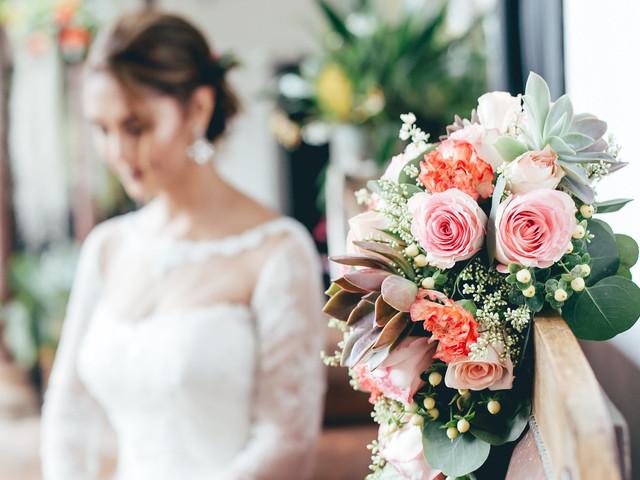 Detalles y accesorios rosados para un 'look' de novia romántico