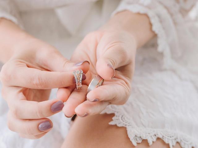 ¿Cómo sacar la medida de anillo de compromiso?