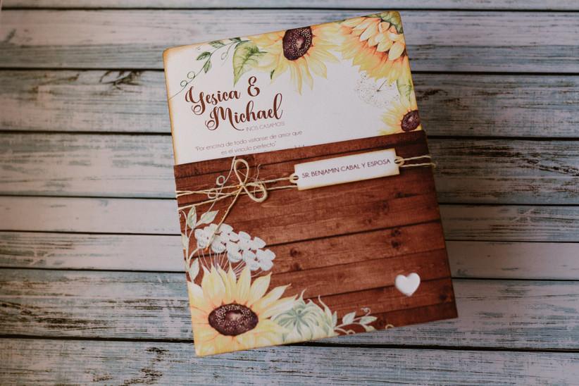 tarjeta de matrimonio estilo rústica con decoración de flores y cinta de yute