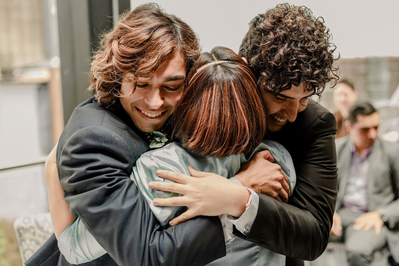 abrazo de pareja de novios en la boda