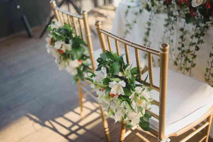 espaldar de sillas de matrimonio con arreglos florales