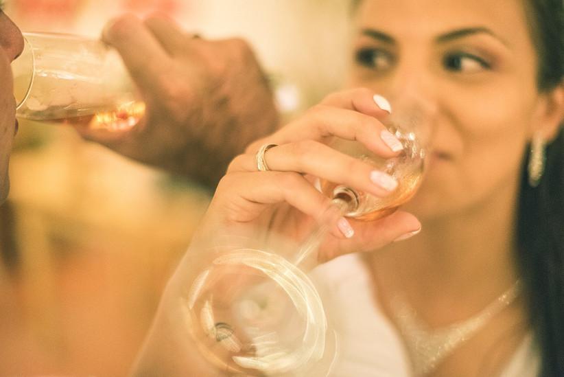 pareja hace brindis en la boda