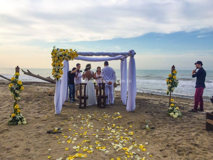 Una ceremonia en la playa
