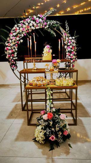 Mesa de pasaboscas y pastel