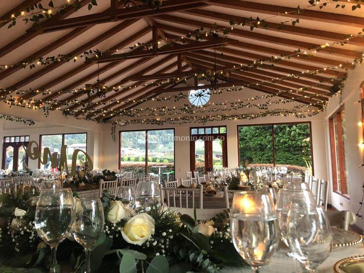 Salón con techo decorado