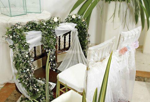 Adornos de flores en el reclinatorio