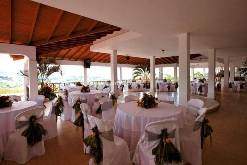 Salón con montaje de matrimonio