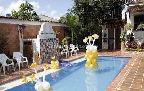 Área de piscina decorada