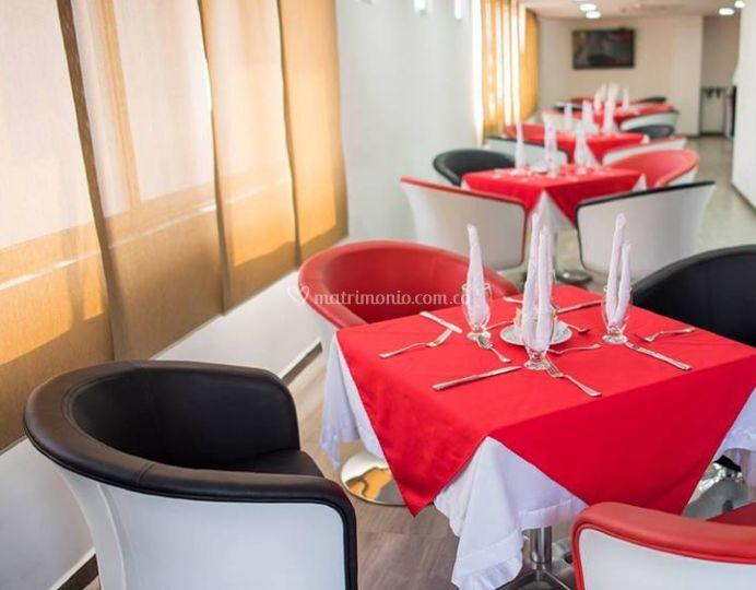 Mesas en rojo y negro
