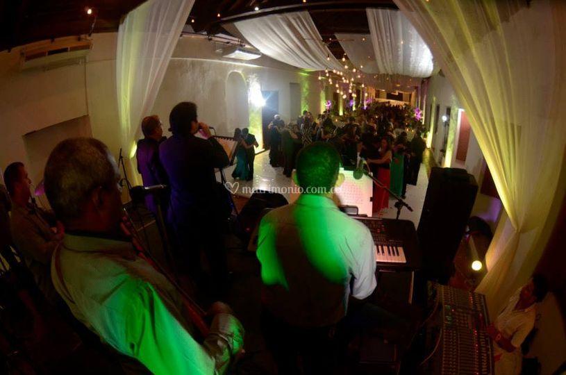Al fondo, invitados bailando