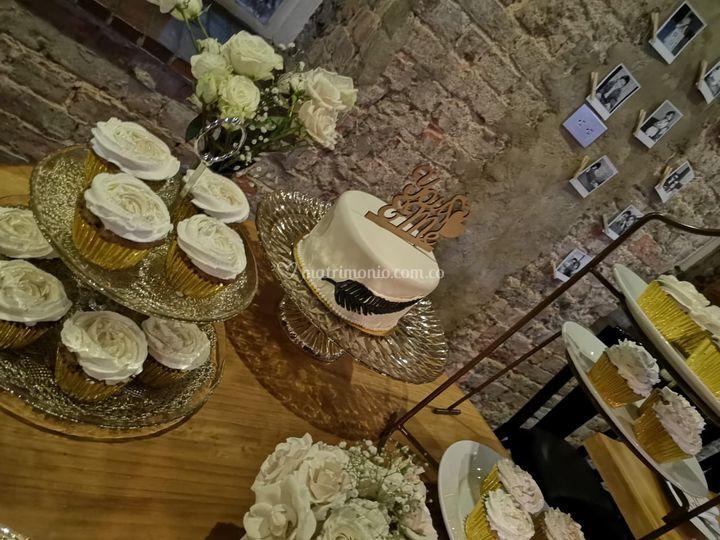 Mesa de torta y cupcakes