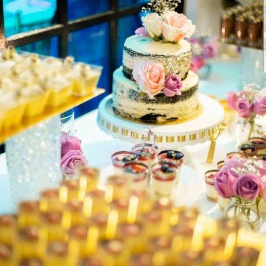 Torta y mesa de postres