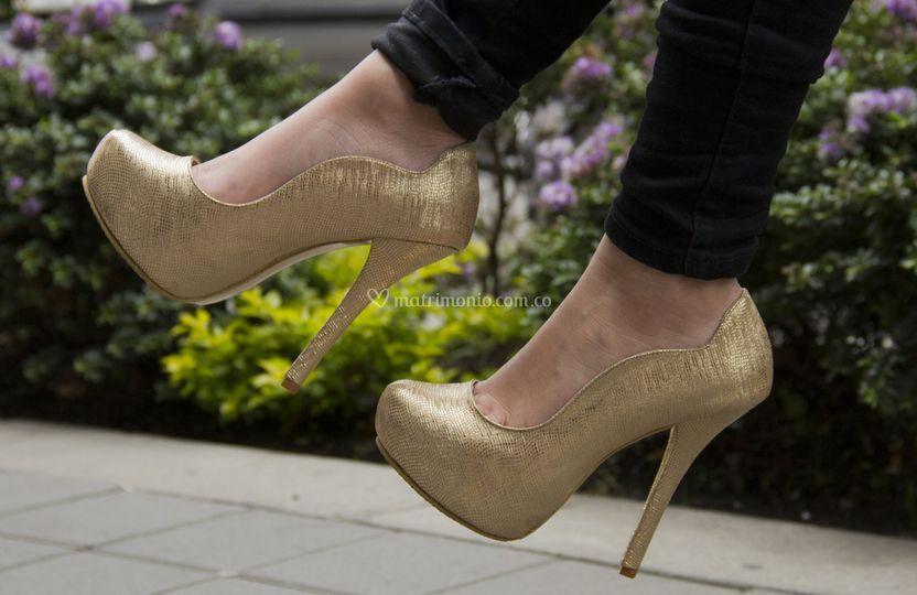 Zapatos novia dorados.