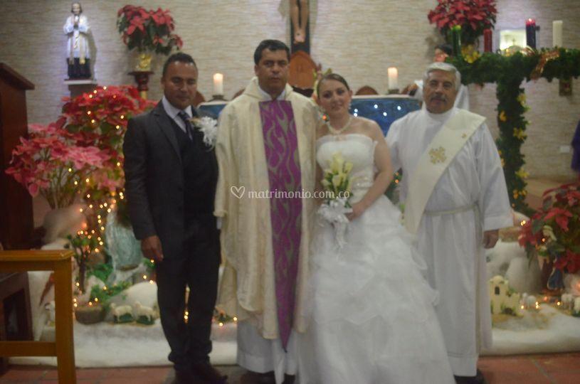 Foto con el sacerdote celebran