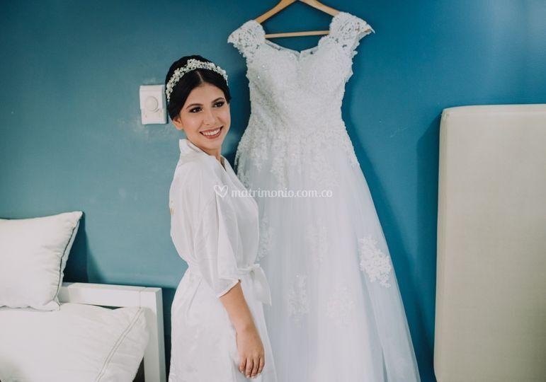 Novia posando con su vestido