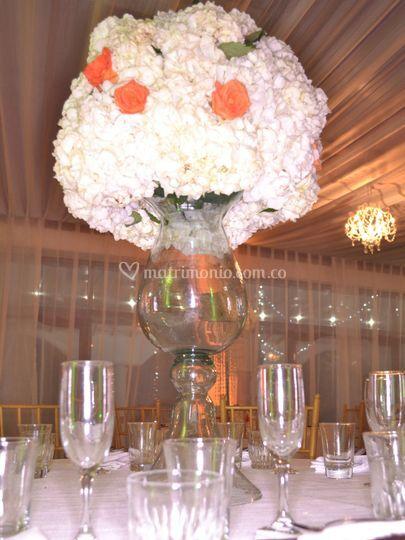 Jarrón con hortensias y rosas