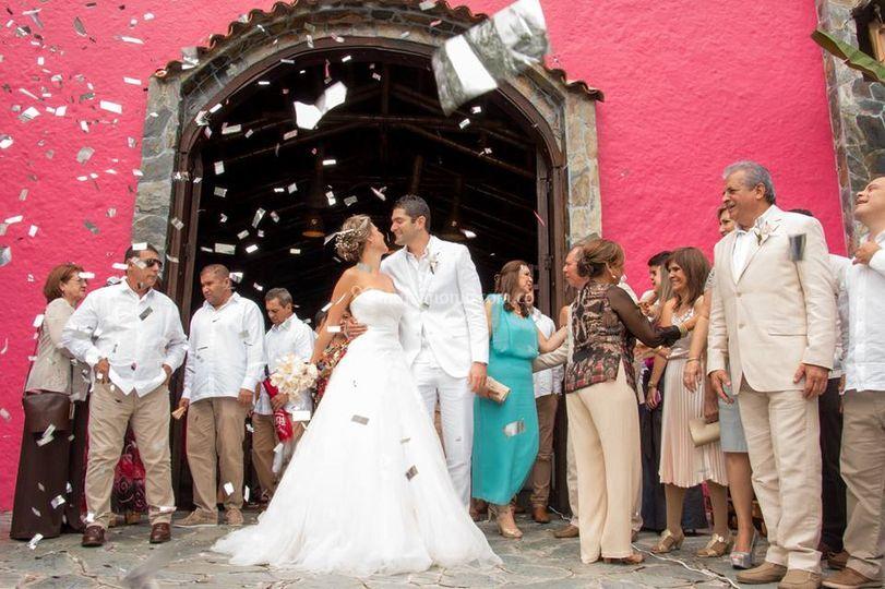 A la salida de la iglesia de AnaC Wedding Planner