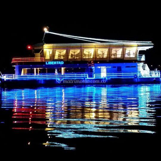 Barco Libertad en la noche